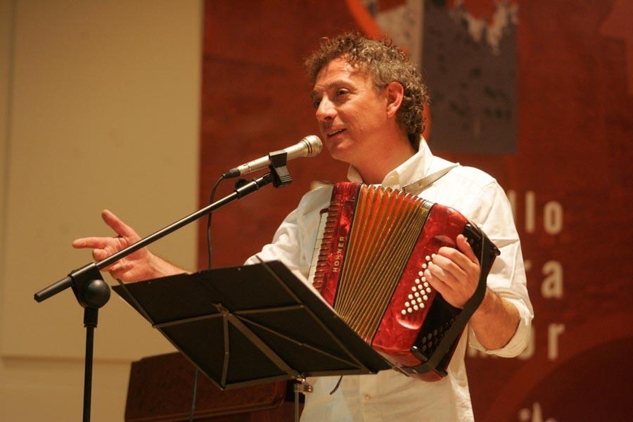 Mestre recitando con su bandoneón (Foto de De la Mata)